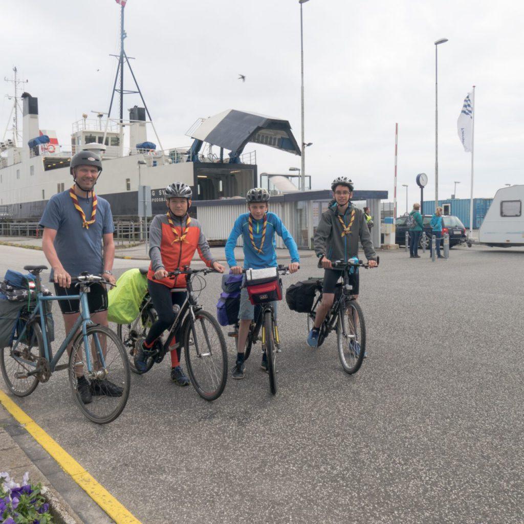 Fire blå spejdere er cyklet fra Trelleborg, Slagelse og er lige ankomme til Fynshav. Malde, Laurids, Simon og René Timm har undervejs overnattet på Fyn. Foto: Per Balslev