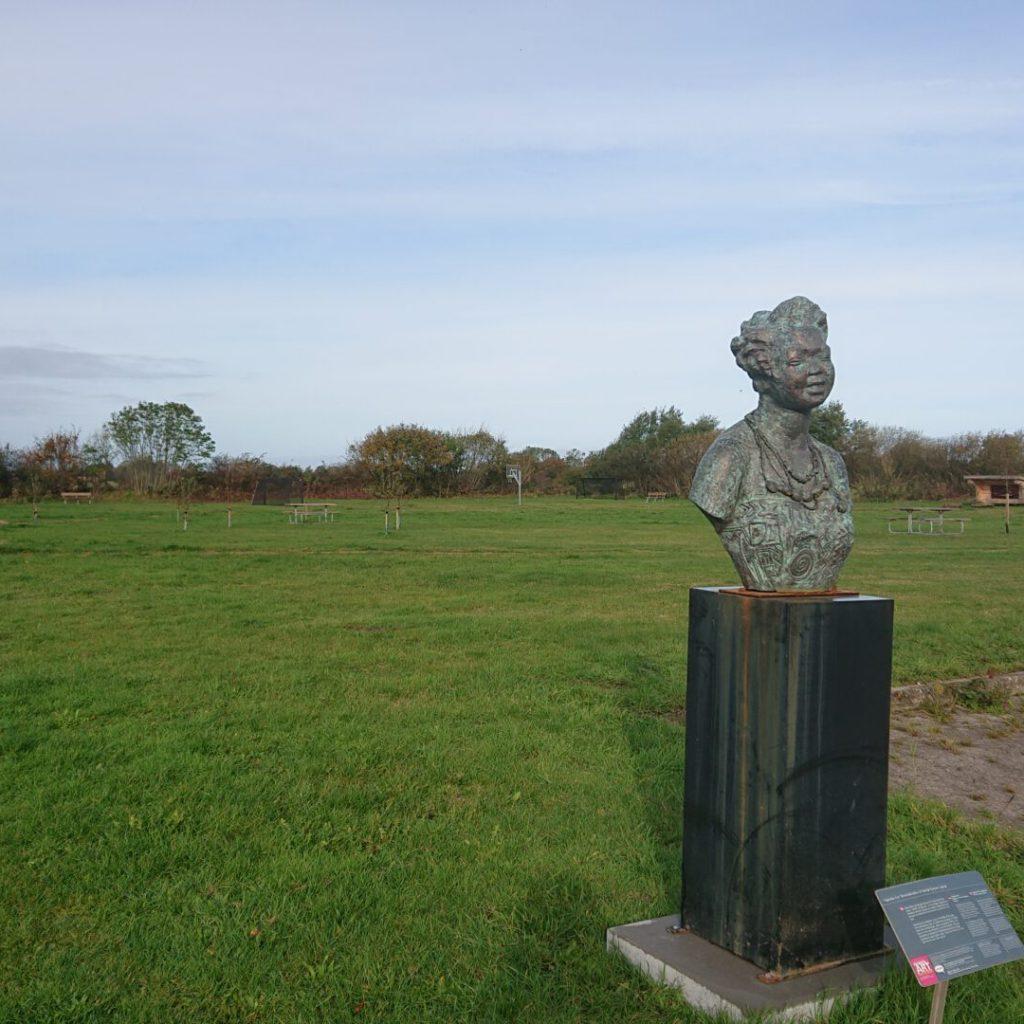 Den flotte skulptur kigger ud over PAK-Haven i Pøl-Augustenborg-Købingsmark området.